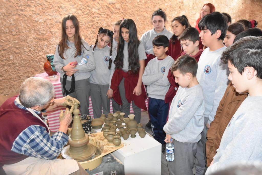 Школьники посетили выставку керамики