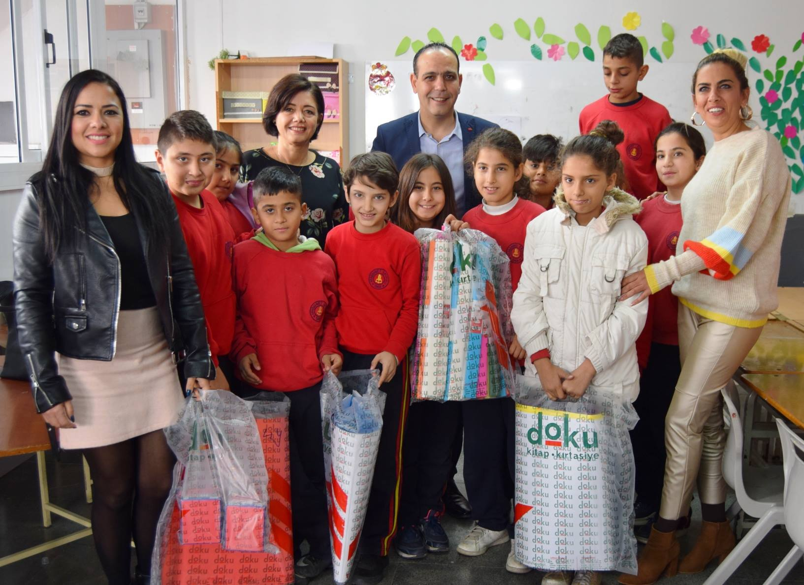 Мэр Лефкоши привез канцелярские товары в школу Арабахмета