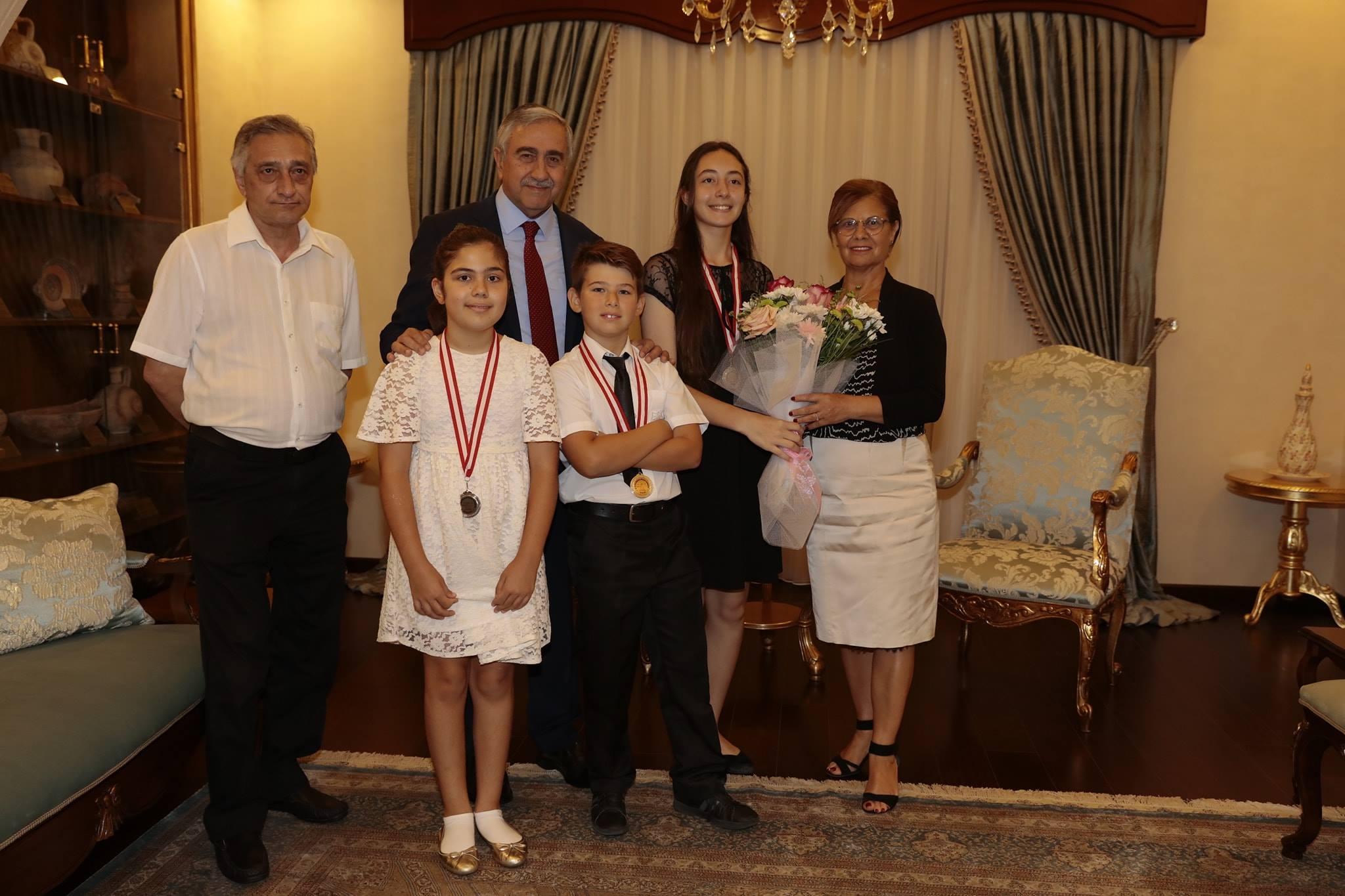 Президент Акынджи поздравил молодых пианистов
