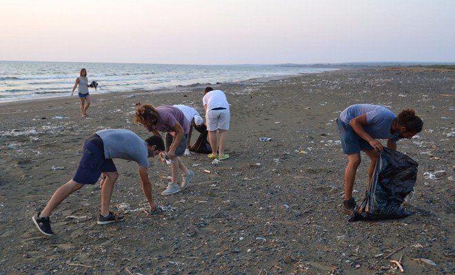 Молодые активисты очистили пляж от мусора